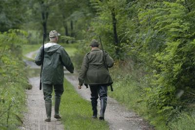 Caccia, due cacciatori di spalle_medium