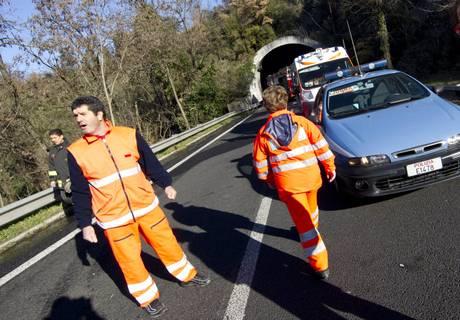 AUTO A FUOCO IN GALLERIA A ROMA, MEZZI BLOCCATI IN NUBE FUMO