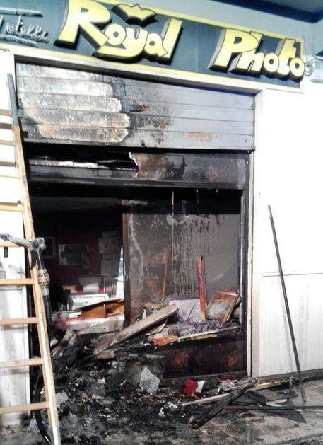 L'ingresso del negozio di fotografo danneggiato a Lamezia Terme da un'esplosione.
