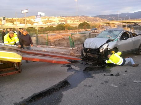 L'auto finita nel torrente Calopinace a Reggio Calabria recuperata dai vigili del fuoco