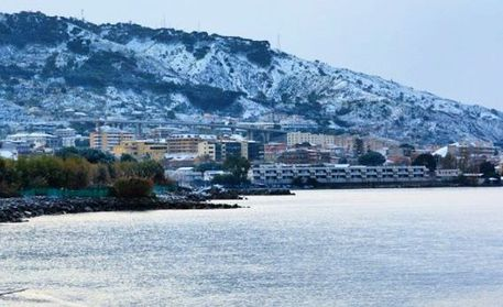 Maltempo: neve a Reggio, imbiancate spiagge Stretto