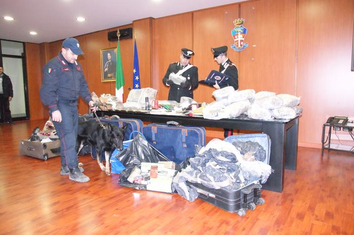 Droga: sequestrati a Cosenza 110 chili di hascisc e marijuana e due pistole