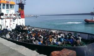Immigrazione: petroliera a Crotone con 250, anche 3 cadaveri