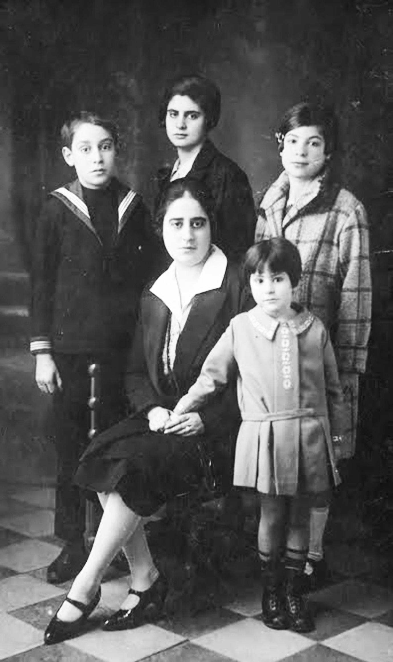 giuseppina de matera con i figli giacomo, teresa, franca e ginevra