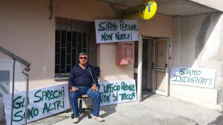 Poste: uffici apre solo tre giorni, sindaco s'incatena per protesta