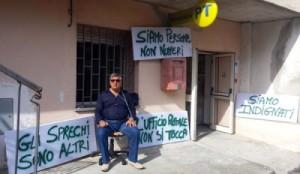 Sindaco di Sorbo San Basile incatenatosi in segno di protesta