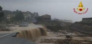 Maltempo: esonda torrente, spazzata via ferrovia e statale 106