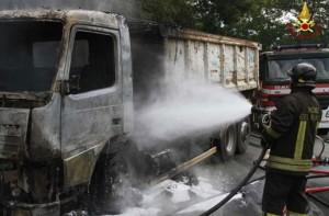 Camion rifiuti incendiato