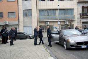 Renzi arriva a bordo di una Maserati