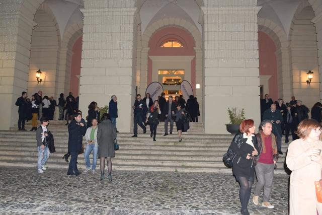 Gli spettatori lasciano il teatro 2