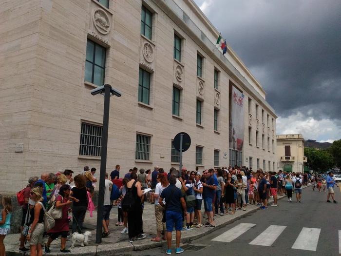 Musei: coda e attesa di un'ora per vedere Bronzi di Riace al Museo archeologico