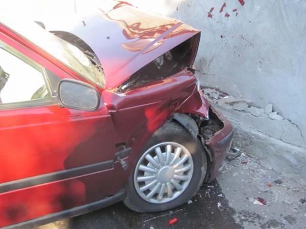 auto contro muro