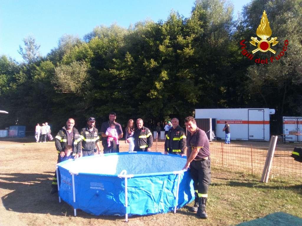 terremoto italia centrale_vigili del fuoco donano piscina a bambini amatrice_2