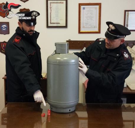 Carabinieri Catanzaro arrestano stalker mentre minaccia vicini con una bombola del gas