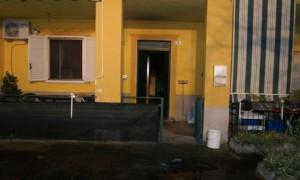 L'appartamento di Mirto Crosia danneggiato da un incendio di probabile natura dolosa.