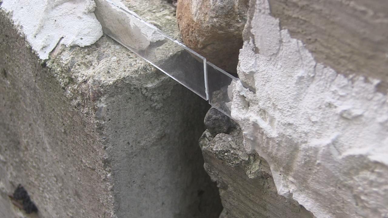 Vetrino spia muro Mariano Santo 1