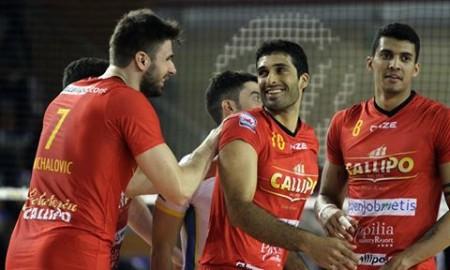 Michalovic, Thiago Alves e Barreto Silva sorridono durante un match di campionato