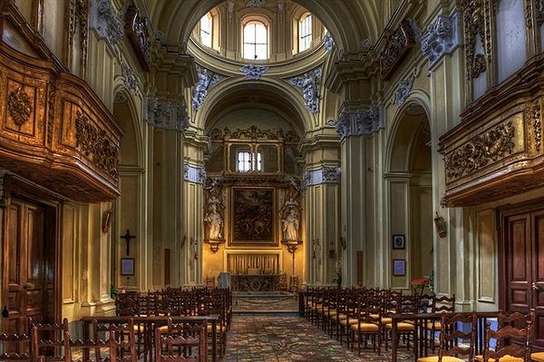 internso-della-chiesa-del-rosario-a-catanzaro-in-calabria
