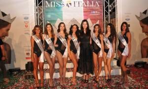 Linda Suriano con tutte le miss vincitrici