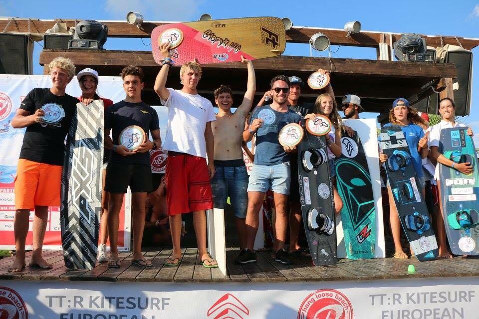 foto di gruppo dei vincitori di kitesurf