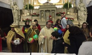 Epifania, a Rogliano parroco regala palloni
