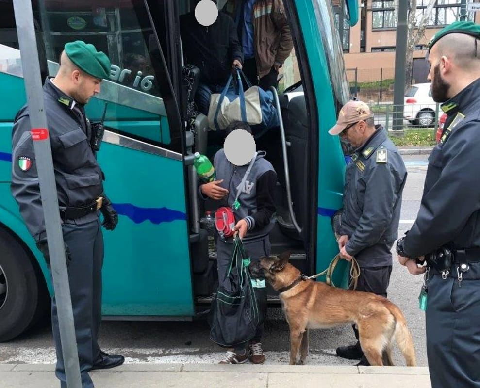 guardia-finanza-terminal-bus-controlli-cane-antidroga-161031-2