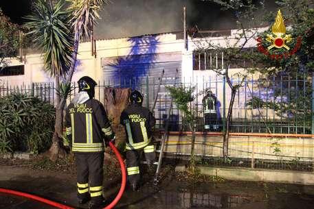 Intervento Vigili del fuoco di Crotone per incendio capannone deposito mobili