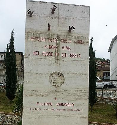Rimossa foto monumento dedicato a Filippo Ceravolo a Vibo valentia
