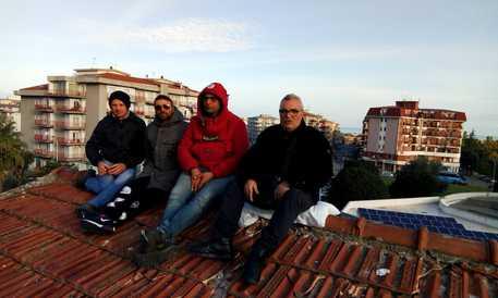 Operai licenziati: di nuovo sul tetto della scuola a Corigliano Rossano