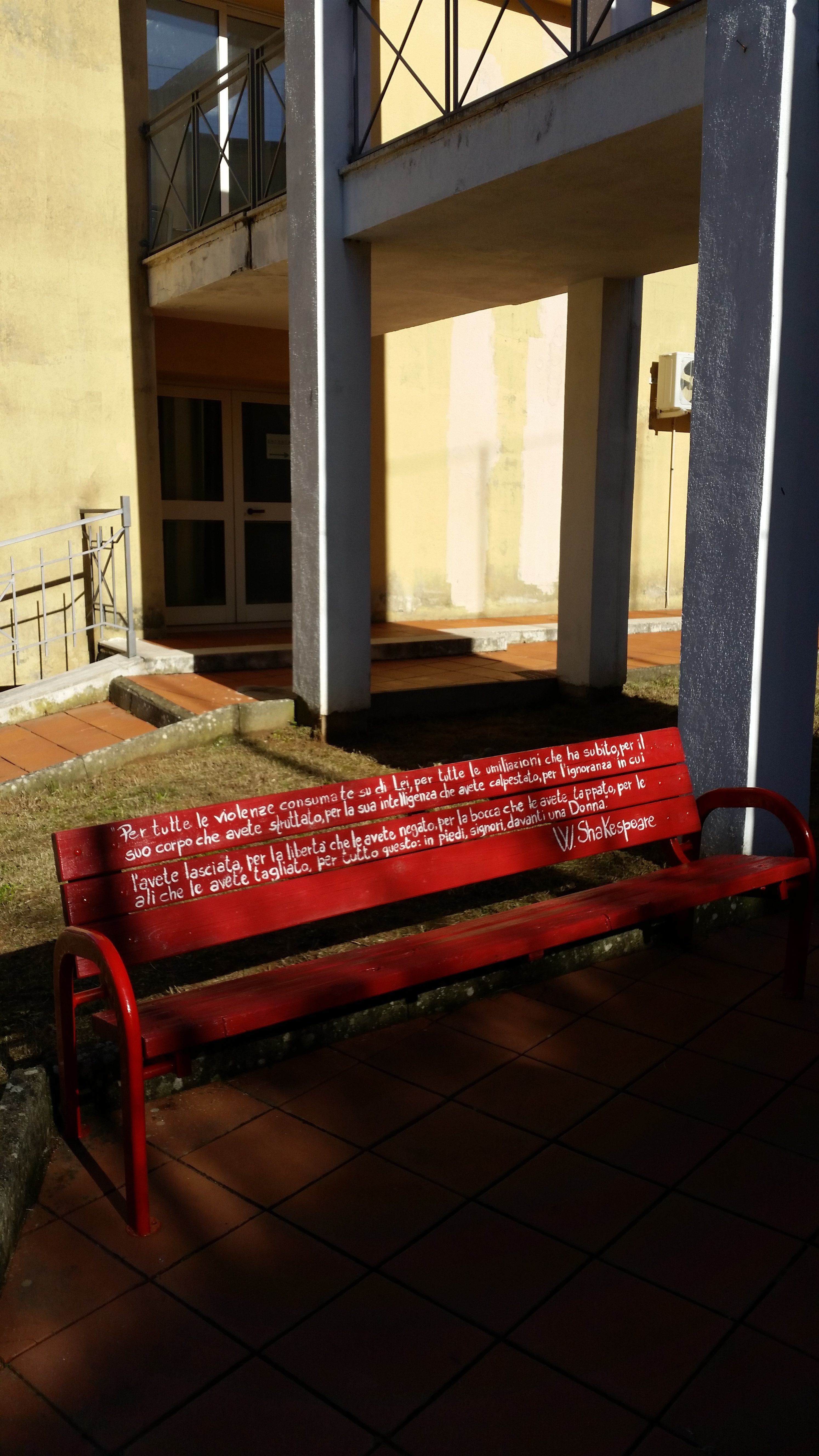 Panchina rossa a Mendicino