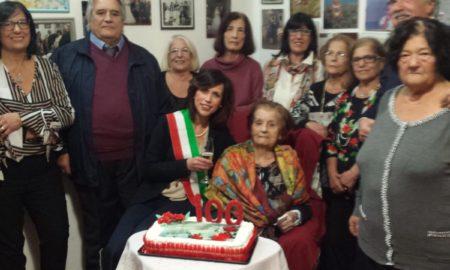 la signora Giuseppina Guidoccio circondata dai suoi familiari