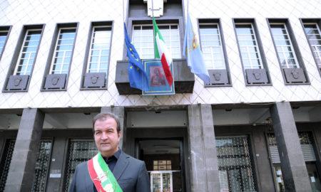 il Sindaco Occhiuto in raccoglimento davanti Palazzo dei Bruzi 4