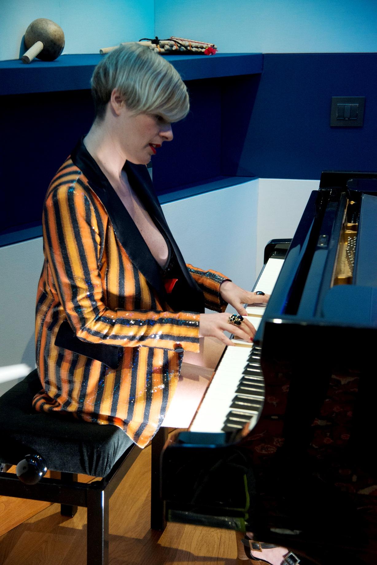 07. Vanessa Grey al pianoforte